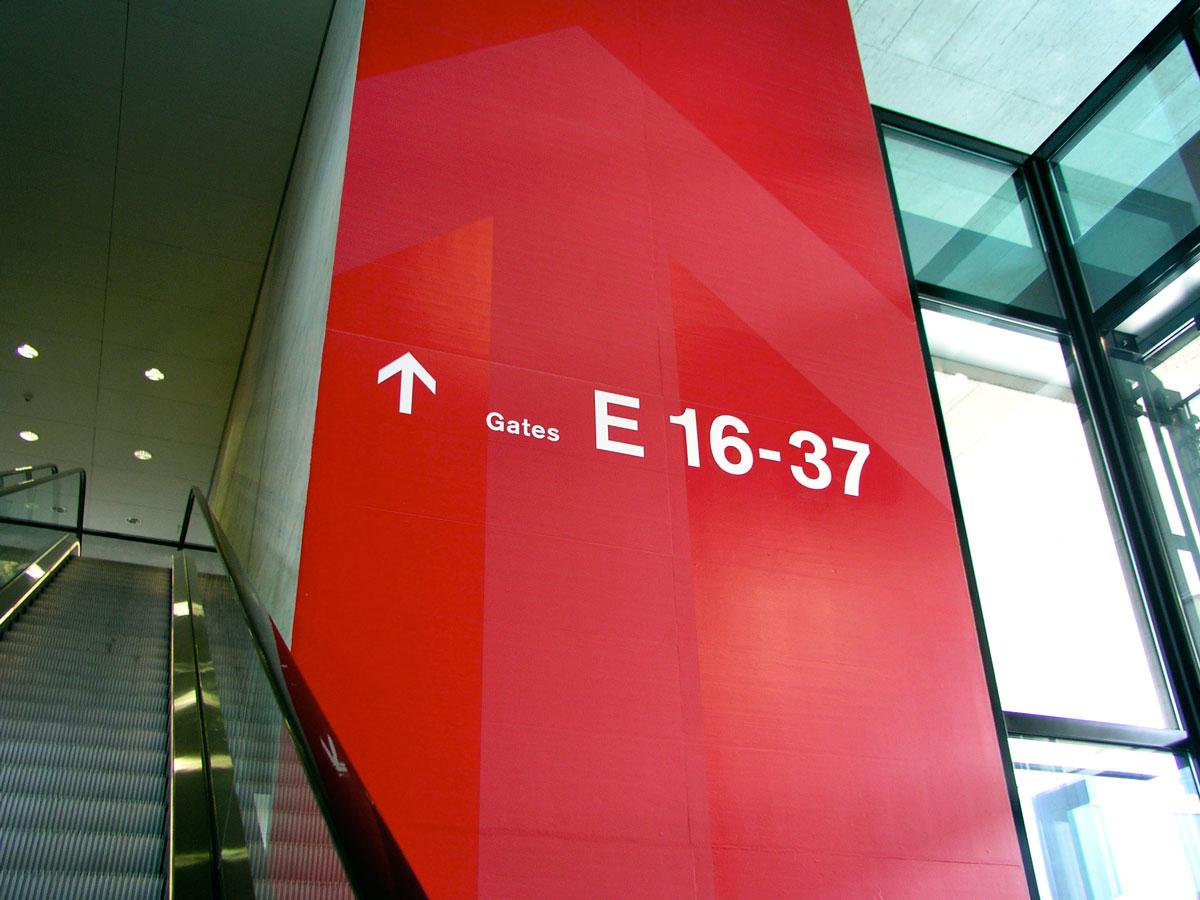 Signaletik_Flughafen_Zuerich_Dock-E_02